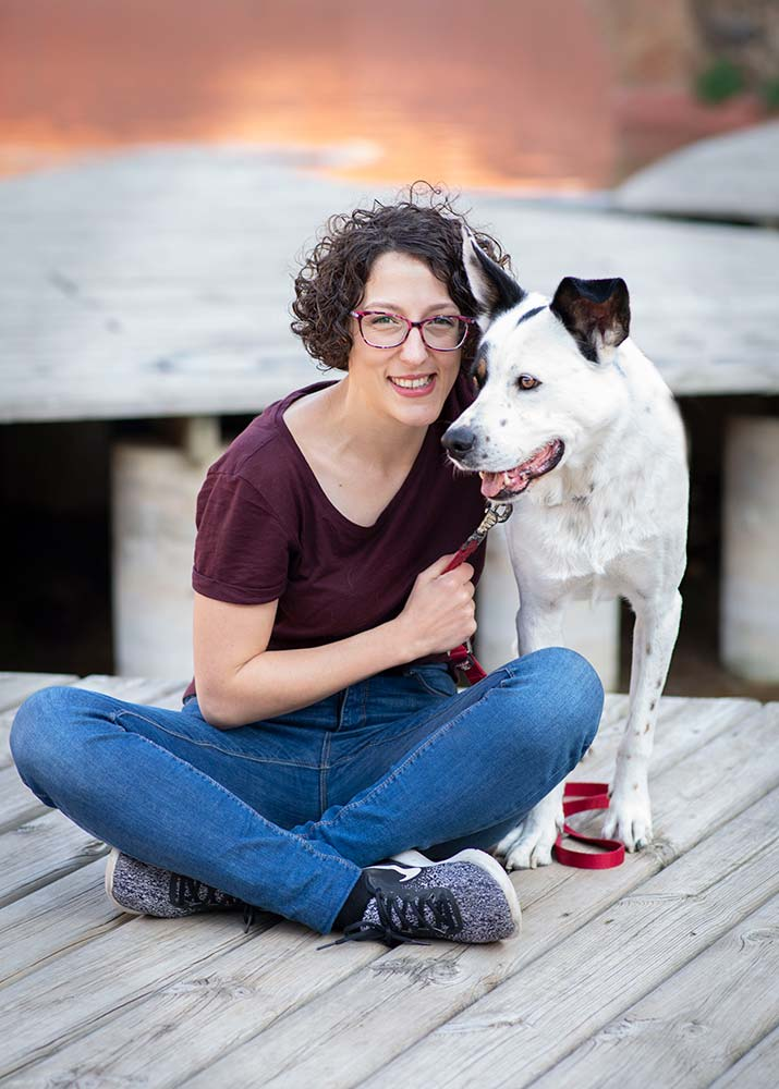 Zuzanna Rudas, fotógrafo de perros en Barcelona con un perro mestizo blanco y negro